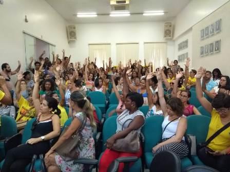 Professores decidem manter greve por tempo indeterminado