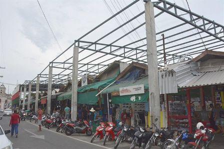 Reforma do telhado do Feiraguai será retomada na próxima semana