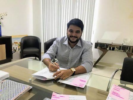 Rodrigo Hagge assina adesão à Policlínica Regional