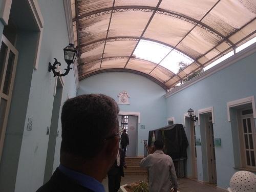 Foto Anderson Dias site Política In Rosa - Vereador Lulinha olhando telhado quebrado
